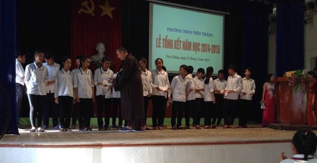 nhan-dip-phat-dan-bts-huyen-tien-lang-tang-qua-cho-hoc-sinh